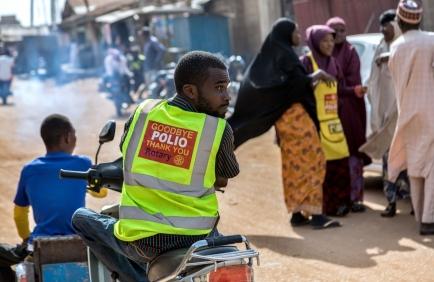 Operatori sanitari e volontari durante una campagna di immunizzazione porta a porta contro la polio a Kaduna, Nigeria